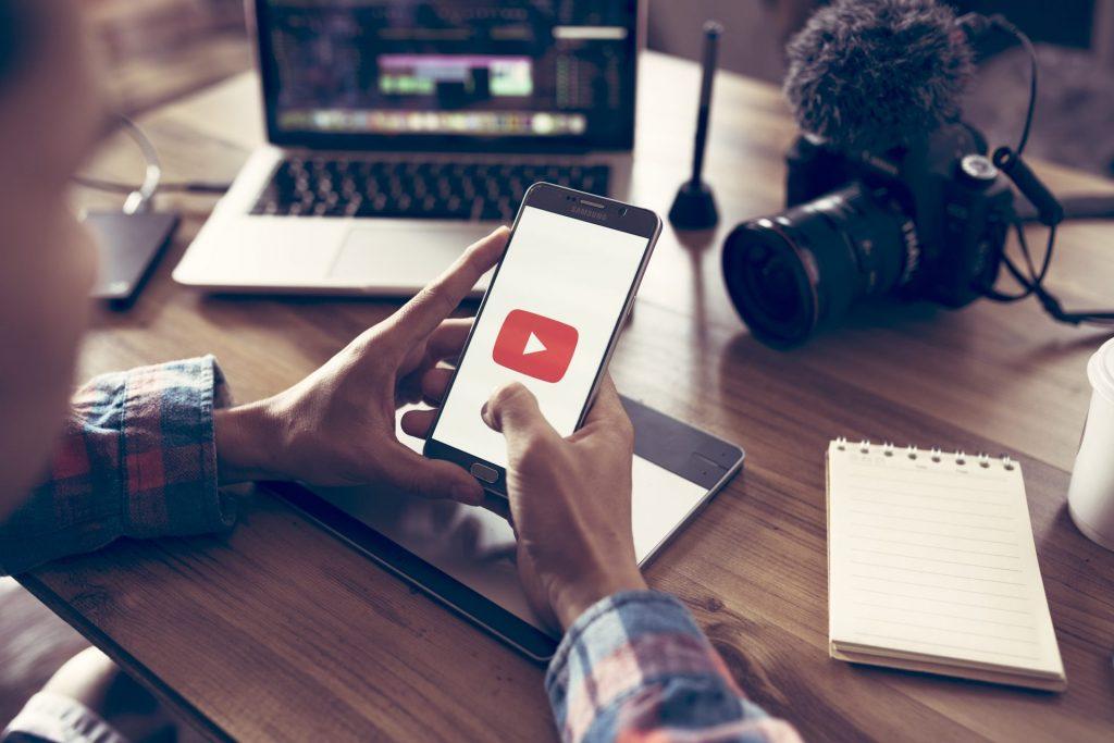 Post mit Kamera, Laptop und Smartphone zur Videobarbeitung für YouTube