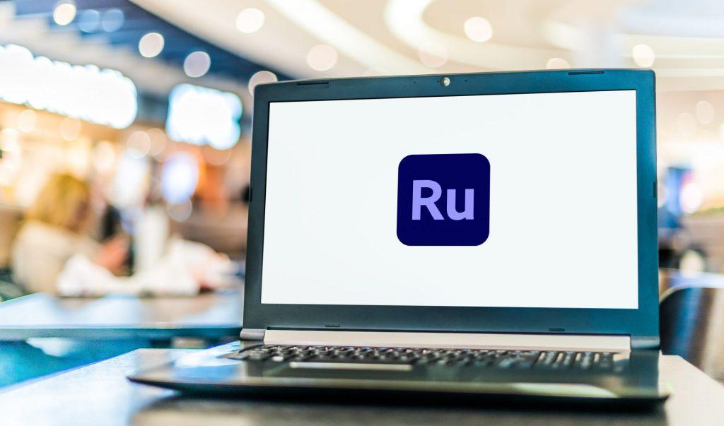 Post mit Laptop mit dem Adobe Premiere Rush Logo