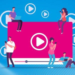 Auf einem Videoscreen sitzen vier Menschen, die ein Smartphone in der Hand halten. Über dem Screen sind mehrere Pfeile zu sehen, mit denen sich ein Video starten lässt.