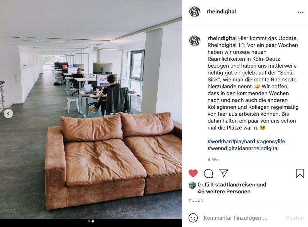Blick auf die Couch und Arbeitsplätze im Kölner Büro von Rheindigital