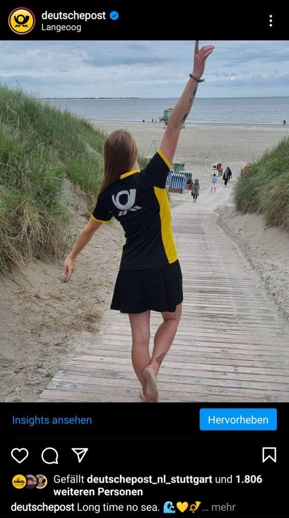 Post stellt eine junge Frau in Post Uniform am Strand dar